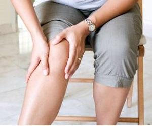 Опухоль под коленкой сзади с спереди причины чем это опасно и что делать